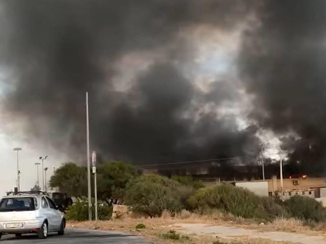 Materassi dati alle fiamme: 30 migranti in fuga da Pozzallo