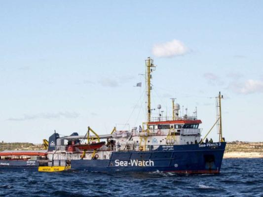 """Sea Watch soccorre 65 migranti al largo della Libia, Salvini: """"Non si avvicini all'Italia"""""""