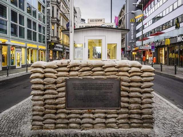 Il piano per trasformare il Checkpoint Charlie, simbolo di Berlino e della Guerra Fredda