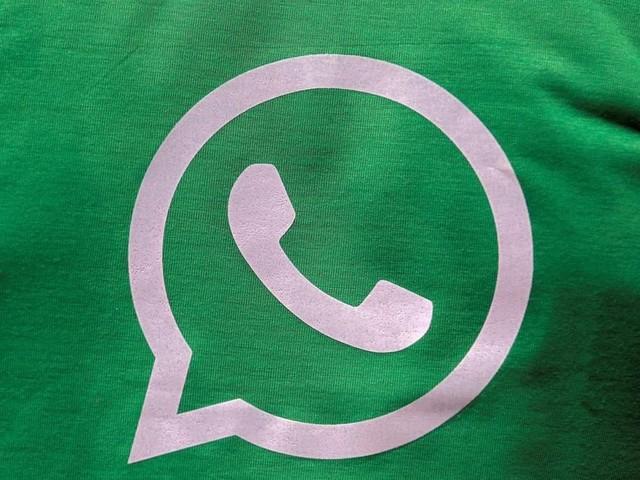 L'incredibile lentezza della dark mode su WhatsApp come degli sticker animati