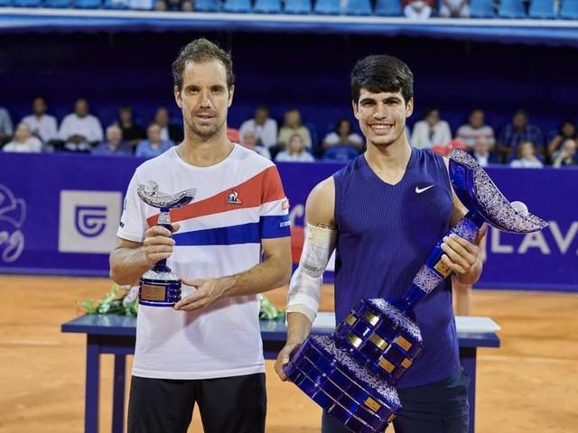 Carlos Alcaraz già eguaglia Nadal: a 18 anni ha vinto il primo titolo ATP