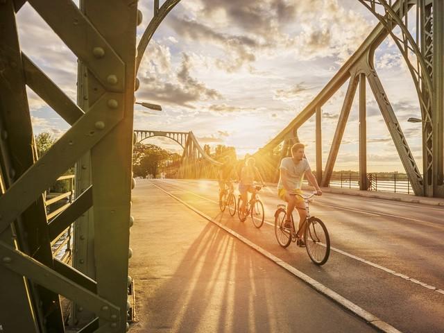 Trent'anni dopo la caduta del Muro di Berlino, la bici messaggera di pace