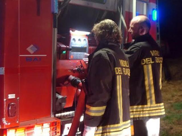 Incendio nel cuore della notte in A14, rimorchio a fuoco: distrutto un carico di latticini