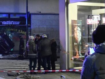 Smart piomba nella vetrina del kebap: un morto e due passanti feriti