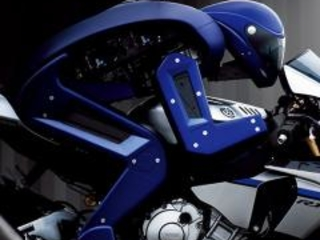 Valentino Rossi in pista contro Motobot, robot motociclista