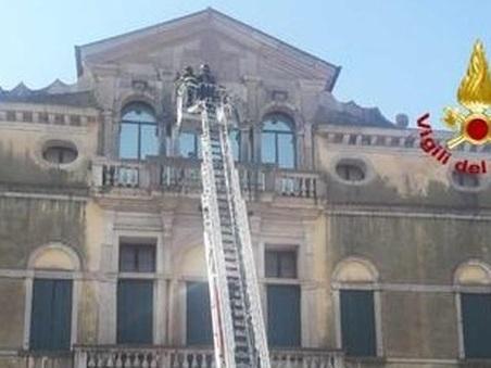 Cadono calcinacci dal tetto del museo: transennata l'area