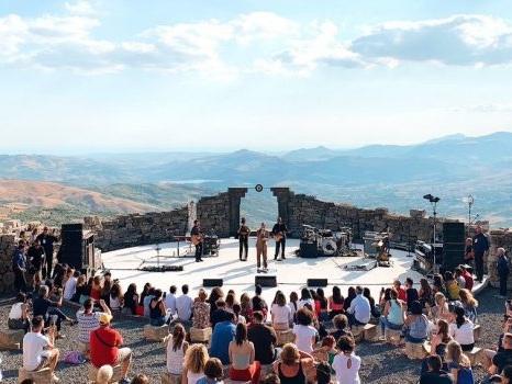 La musica di Marco Mengoni al Teatro Andromeda domina la natura e strega Santo Stefano Quisquina (foto)