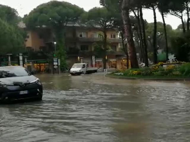 Rotonda allagata dopo l'acquazzone: disagi al traffico per la pioggia