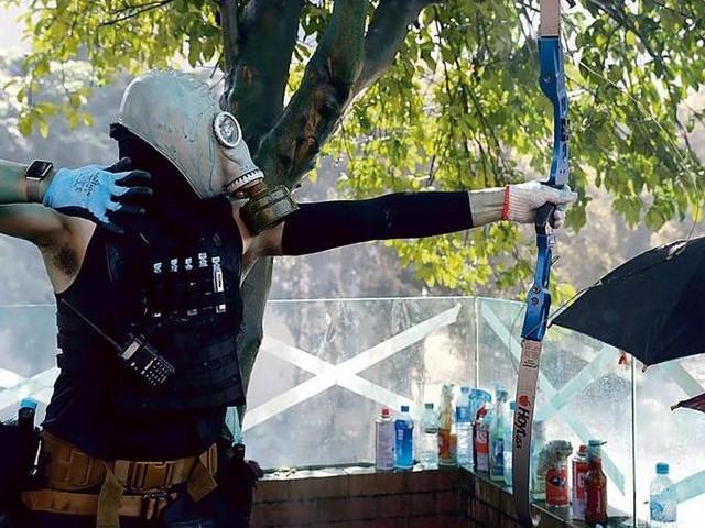 Hong Kong, archi e frecce degli studenti contro la polizia che assedia il politecnico