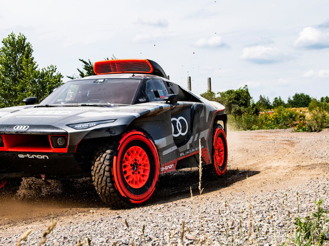Audi Sport presenta l'auto da corsa ibrida RS Q e-tron per Dakar