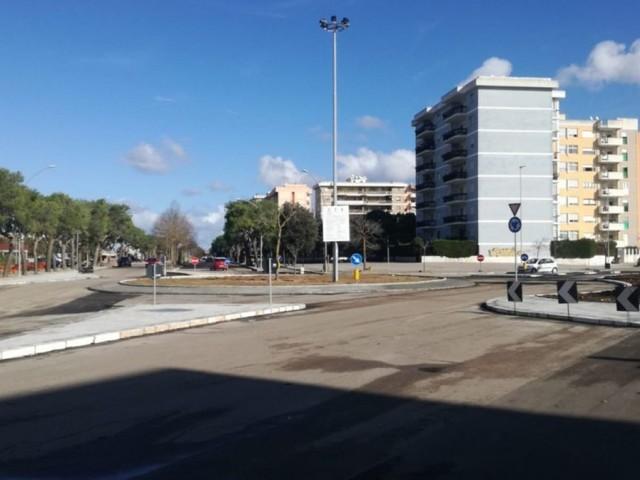 """Conclusi i lavori per la realizzazione della rotatoria tra i viali Aldo Moro e Roma, De Matteis: """"Sicurezza e salute pubblica"""""""