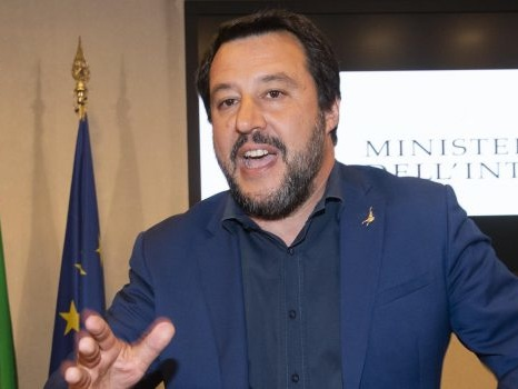 """Salvini: """"Chiuderemo tutti i negozi di cannabis"""". E annuncia nuova direttiva"""
