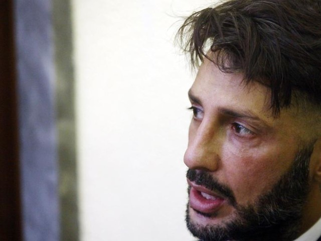 """Fabrizio Corona esulta durante la lettura della sentenza: """"Dedico questa vittoria a mio figlio"""""""