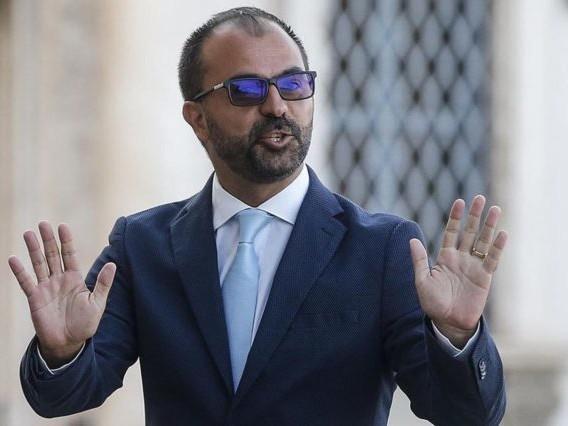 """Fioramonti insulta sui social, FdI a Conte: """"Lo faccia dimettere"""""""