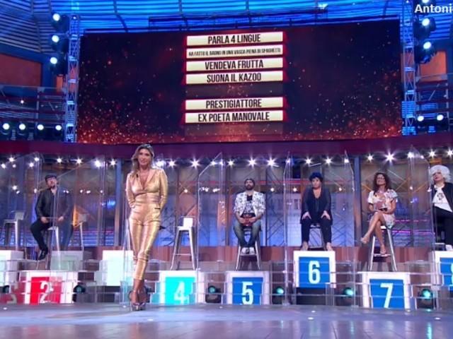 """Sabrina Salerno ai """"Soliti Ignoti"""", spettacolo puro: """"Appesa al plexiglass come una cubista"""""""