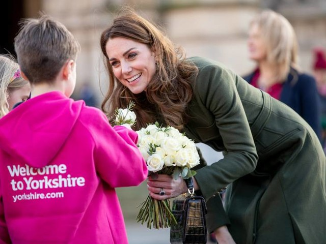 """Il regalo della regina a Kate Middleton? Uno """"sfregio"""" a Meghan"""