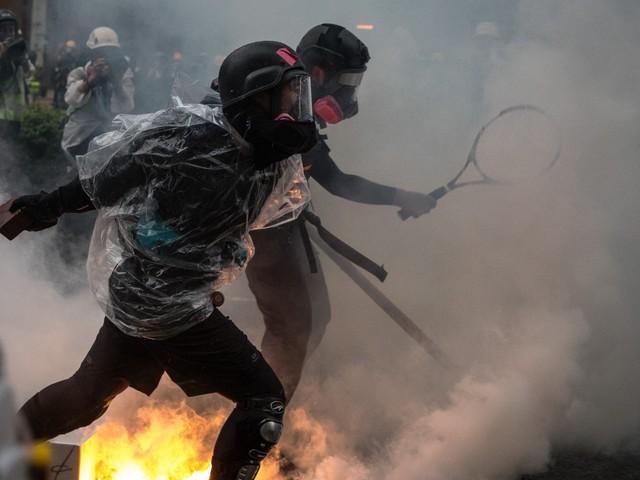Hong Kong: ora la polizia spara verso i rivoltosi