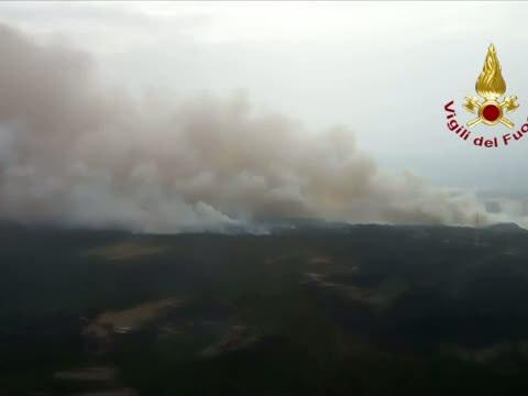 Incendi Sardegna, elicottero sorvola roghi e fumo - Video