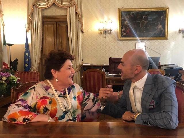Teresa Bellanova incontra Enzo Miccio che approva lo stile: Scelgo l'abito che mi fa sentire bene