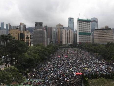 Hong Kong, nuova domenica di proteste: tagliati collegamenti aeroporto