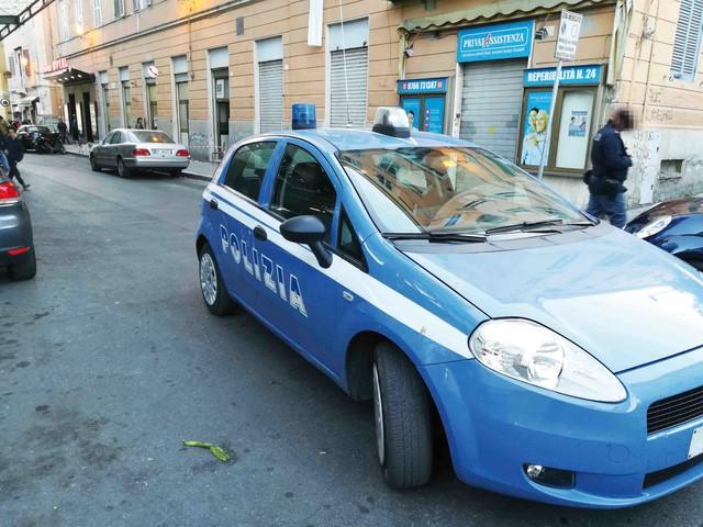 Perde la testa e minaccia una donna con un bastone: bloccata dalla Polizia
