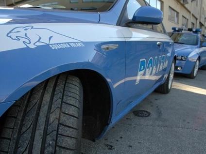 La Polizia di Stato salva un 44enne che minaccia di gettarsi dal 3° piano.