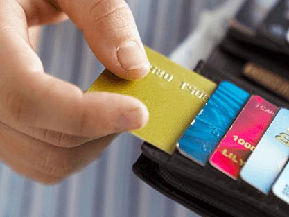 Paypal lancia la sua carta di credito reale. Sfida Postepay e prepagate