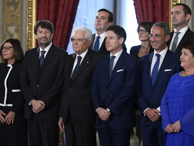 Vogliono ridurre i seggi ma giurano 21 ministri