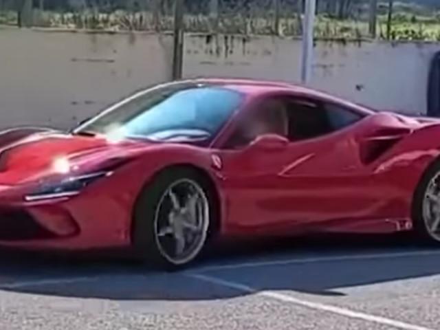 Napoli, 11enne alla guida di una Ferrari: è polemica