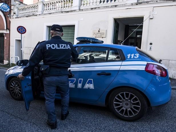 Bologna, donna uccisa trovata in un cassonetto. Il fidanzato si è impiccato