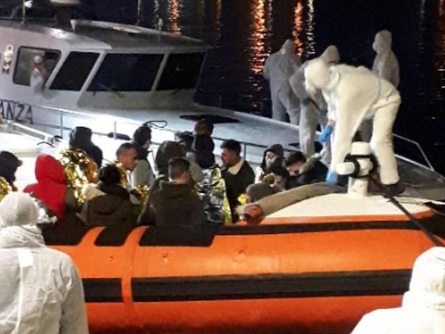 Altri 85 migranti sbarcano a Lampedusa, il sindaco dispone la quarantena in un Centro accoglienza