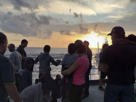 Sbarchi a Lampedusa, 728 migranti in due giorni: al via i trasferimenti