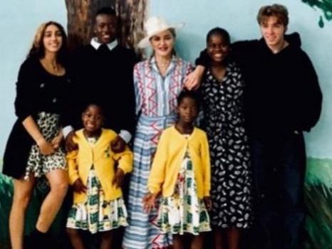 L'ospedale di Madonna in Malawi compie un anno e la popstar lo visita con i suoi 6 figli tra feste e nuovi progetti (foto)