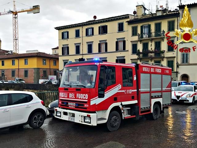 Giù da spalletta impatta selciato del greto dell'Arno, morto a Firenze
