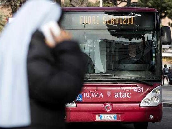 Un autista di autobus è stato aggredito ieri sera a Roma da otto ragazzi, che sono ancora ricercati