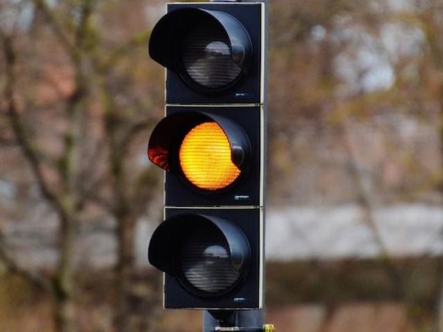 Il semaforo giallo dura poco? La multa vale lo stesso