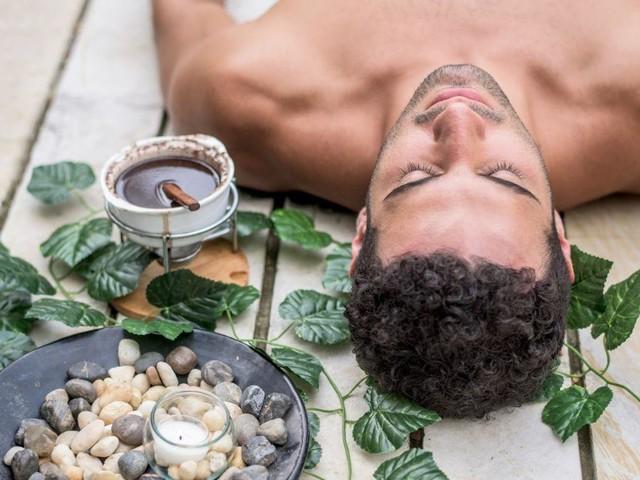 Uomo, sentirsi come in una spa: trattamenti (facili) da fare a casa