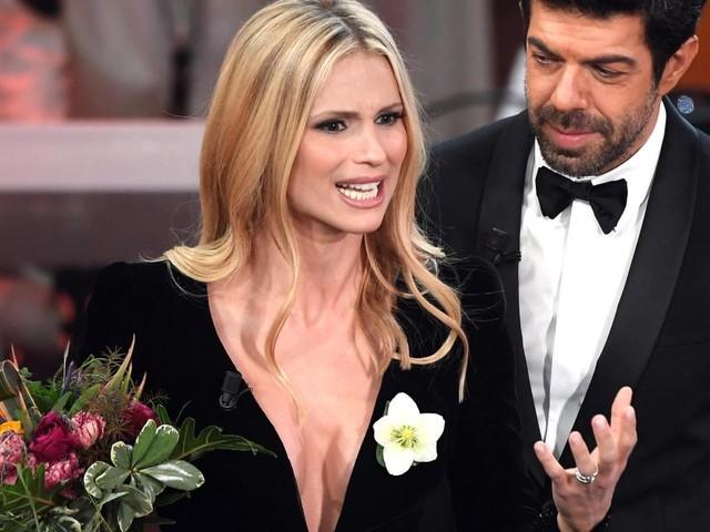 Perché Michelle Hunziker ha in mano un fiore bianco durante il Festival di Sanremo?