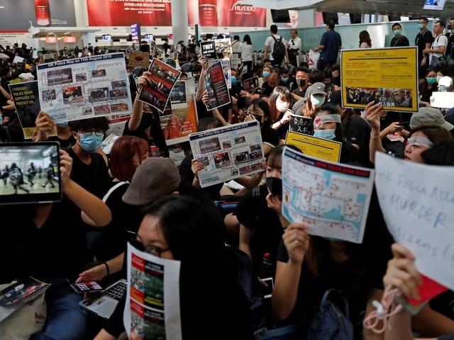 Hong Kong, la protesta invade l'aeroporto: sospesi tutti i voli