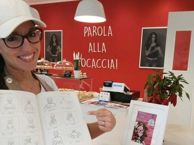 """Alice e la focacceria in cui si ordina con il linguaggio dei segni: """"I clienti ci sostengono nella sfida alla disabilità"""""""