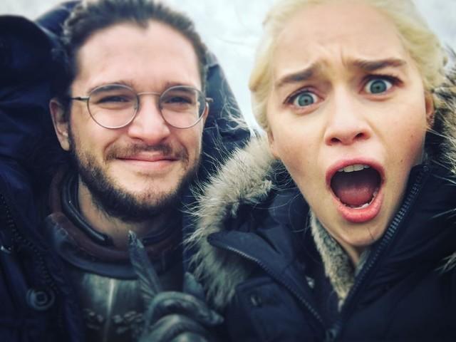 """Il Trono di Spade, Emilia Clarke: """"Ho rivelato a mia madre il finale della serie"""""""