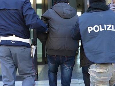 Poliziotto libero dal servizio insegue ladro, l'agente picchiato al volto con un bicchiere