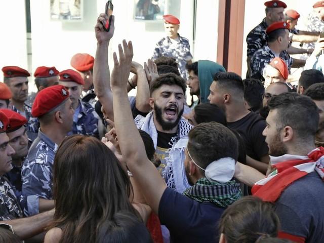 Libano, manifestanti bloccano seduta del Parlamento. Banche decidono limiti ai prelievi per evitare la fuga di capitali