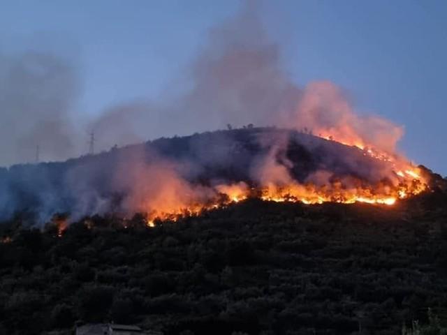 Incendio sui monti Lattari a Gragnano, sgomberati gli animali dalle stalle