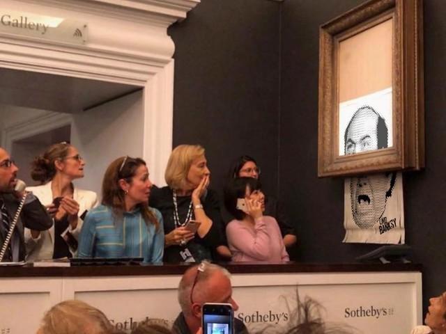 Banksy distrugge la sua opera all'asta e sui social impazzano i meme. Ecco i più divertenti