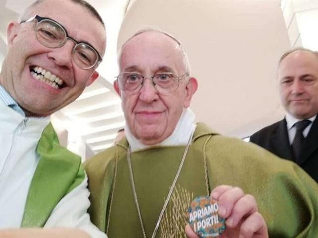 """Papa Francesco si scatta un selfie con la spilla """"Apriamo i porti"""""""