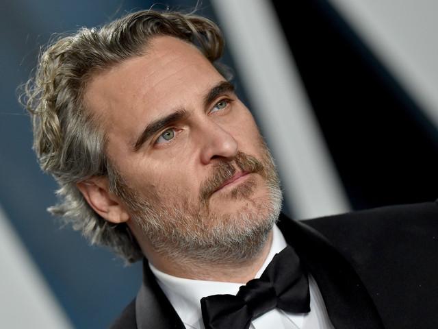 Guardate Joaquin Phoenix mentre salva una mucca e un vitellino subito dopo la vittoria agli Oscar [VIDEO]
