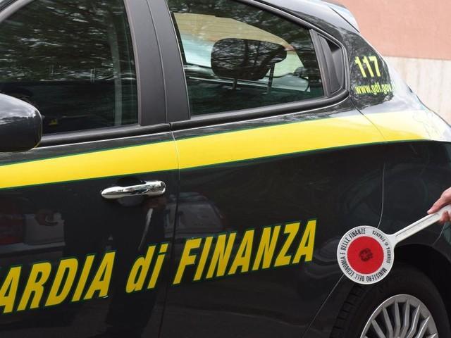 Riciclavano denaro per Cosa Nostra, la Guardia di Finanza di Prato arresta dodici persone