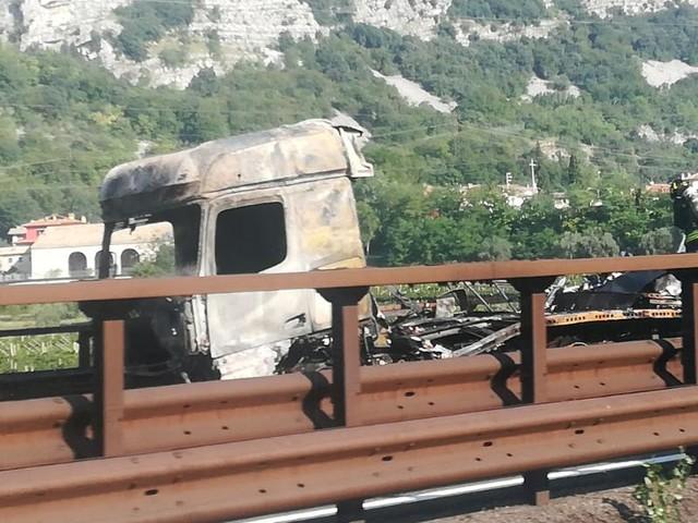 Camion in fiamme in A22: mattinata di code e disagi