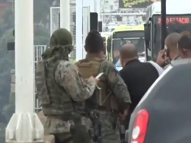 Brasile, 16 persone in ostaggio su un bus